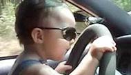 男子竟让小孩驾车!