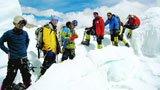 中国非专业登山队首次登顶希夏邦马