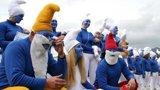 英国2510人齐扮蓝精灵破世界纪录