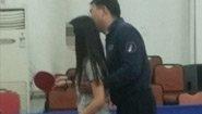 体育老师骚扰女学生 美女辅警晒警服长腿照被辞退