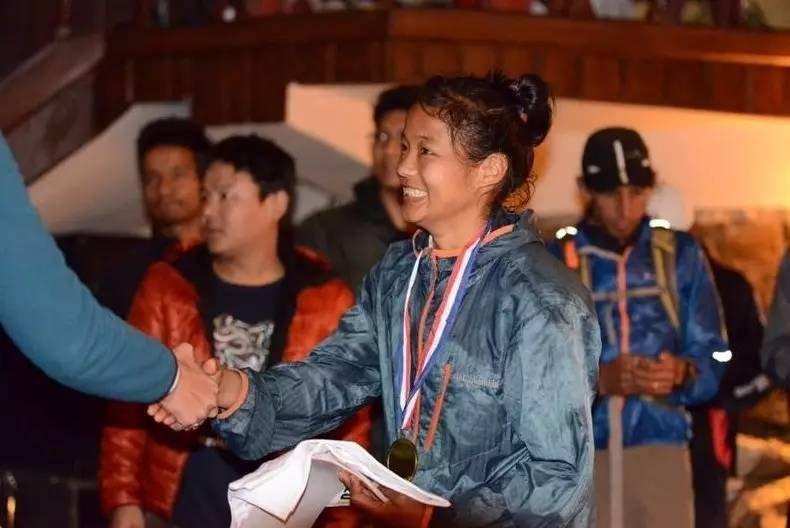 米拉完成了50km越野跑后接受颁奖。图片来源于网络。