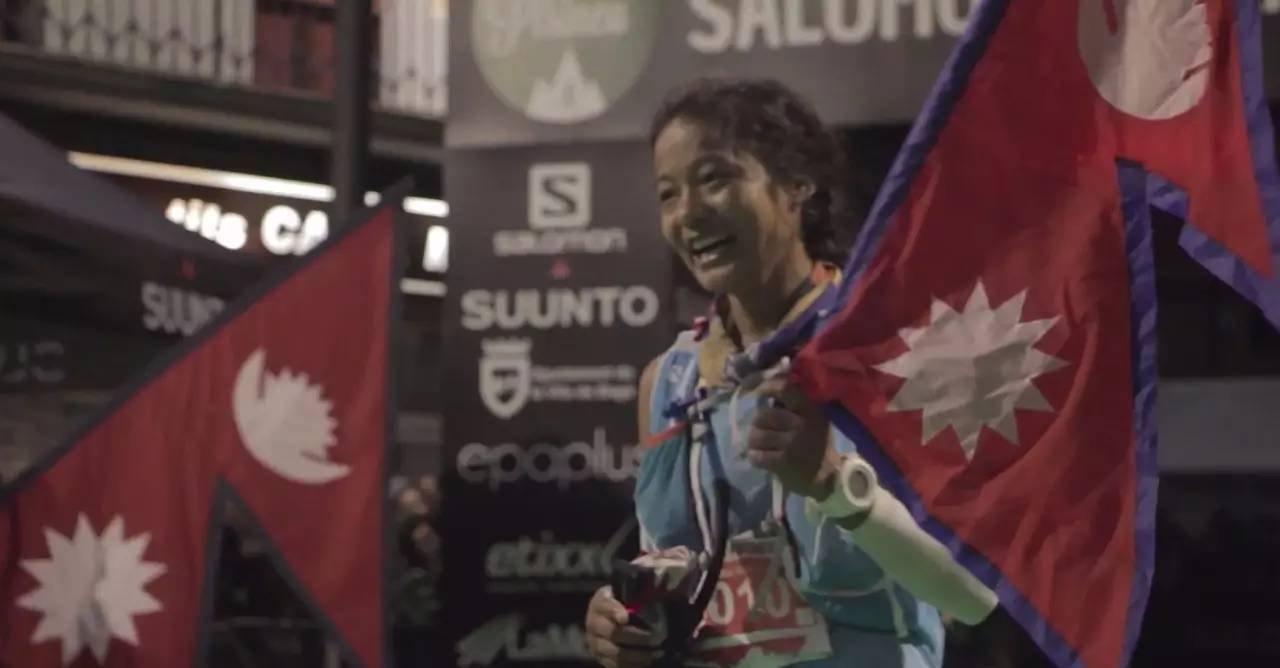 《米拉》剧照,米拉扬起尼泊尔国旗。