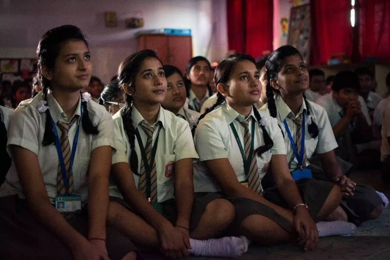 在流动影院观看《米拉》的学生们。摄影/Sattya