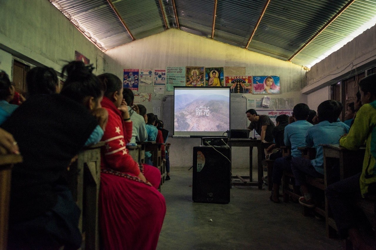 《米拉》在流动影院放映。摄影/Sattya