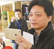 崔永元用手机与记者互拍