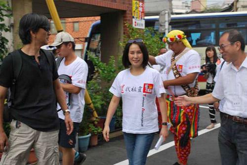 高金素梅率台湾原住民到慰灵纪念会场外声援
