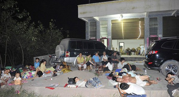 8日凌晨,云南彝良地震灾区的民众聚集在空旷的地方休息