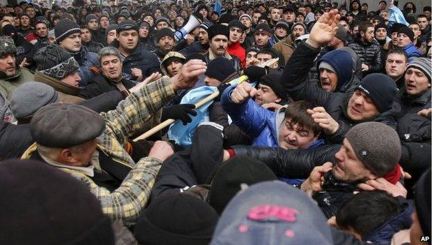乌克兰克里米亚的鞑靼人与俄裔大打出手,但说乌克兰发生人道危机尚缺乏证据