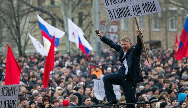 乌克兰东部不少人举着俄罗斯国旗,要求普京干涉