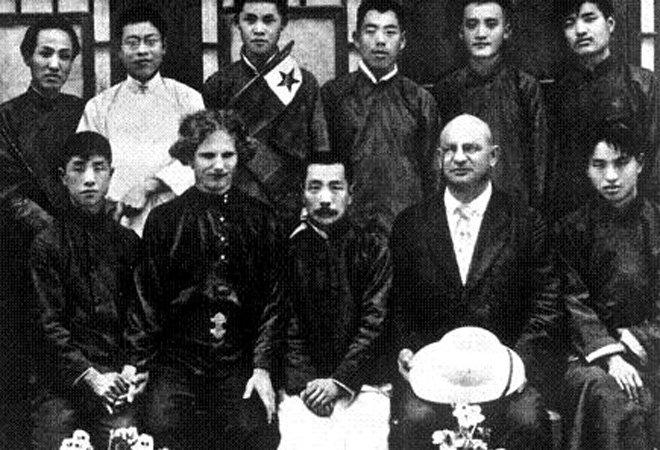 1922年5月,鲁迅与俄国盲诗人爱罗先珂(左二)等人在一起