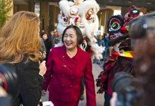 第四代华裔移民关丽珍在美国加州奥克兰市福克斯剧院宣誓就任第49任市长