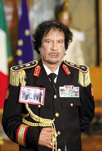 """利比亚领导人卡扎菲自封为""""女性解放者"""""""