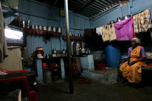 印度老人随子女住在贫民窟里