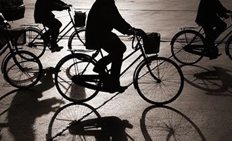 骑共享单车摔伤,谁来赔?
