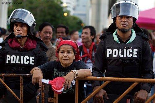 泰国政局背后:挑动民众街头抗议成他信最后办法