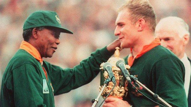 曼德拉向主要由白人组成的南非橄榄球队颁发冠军奖杯