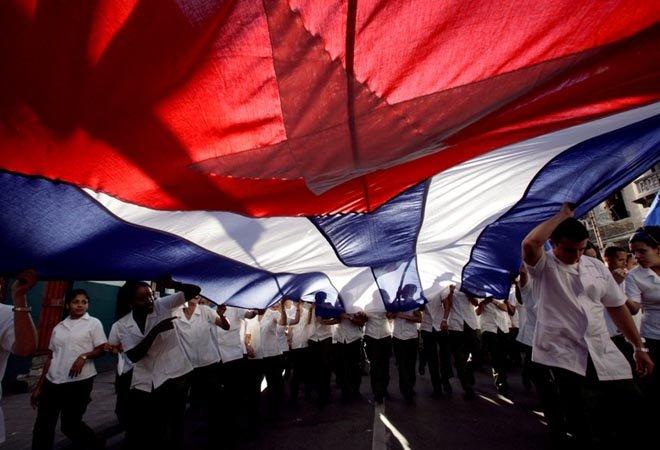 参加古巴五一劳动节庆祝的医学院学生