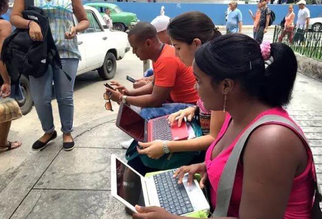 古巴街头使用WiFi热点上网的人们,收费标准为2美元/小时