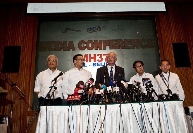 负责此次事件的马来西亚国防部长希山慕丁(左二)是总理纳吉布(左三)的表弟