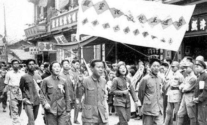 """成都市民恭迎""""滕县保卫战""""阵亡的王铭章将军灵榇"""