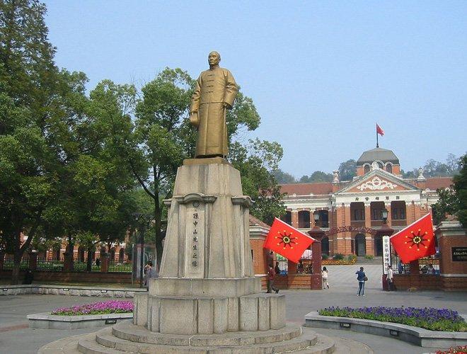 辛亥革命武昌起义广场上的孙中山铜像