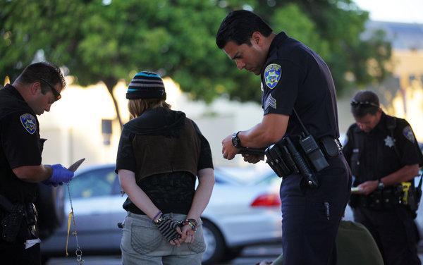 加州圣克鲁斯市警局应用犯罪预报系统,提前布置警力,将正在作案的女子逮捕归案。(图片来自《纽约时报》)