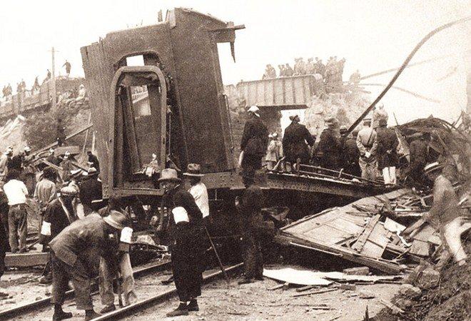 张作霖的座车被炸后,消防队员、救护人员在现场实施救援