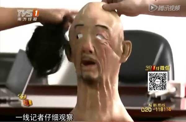 """普通的头套式""""人皮面具""""也很假(点击图片观看视频)"""