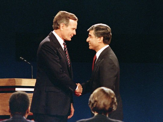 据说这次握手乃布什团队策划,以凸显布什身材