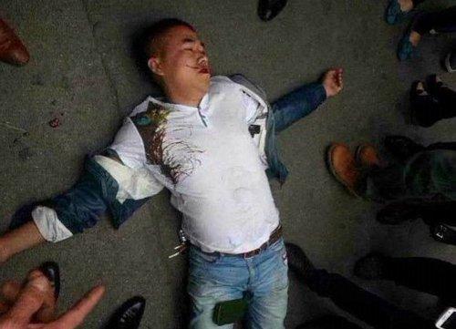 被打倒在地的黄某,其拍照手机跌落在腿上