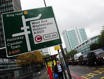 伦敦街头收取交通拥堵费的提示牌