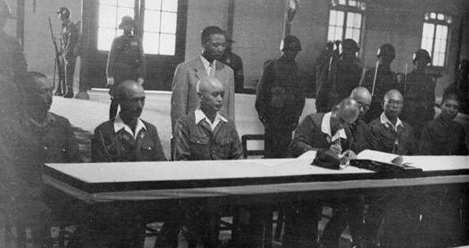 冈村宁次签署投降书。从这张照片可以看出,日方代表全部神情沮丧