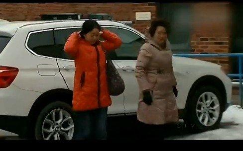 两名亚裔面孔女性从宝马suv上走下