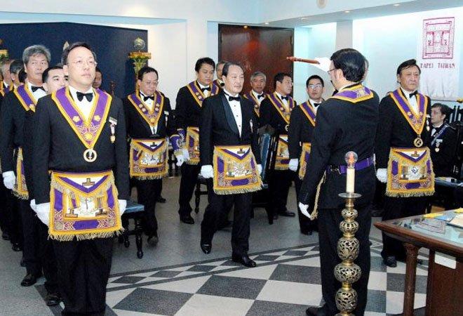 """台湾的共济会""""美生会""""在活动,会员们穿着共济会特有的""""围裙"""""""