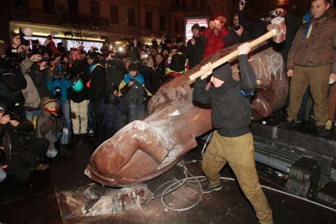 列宁雕像被拆毁