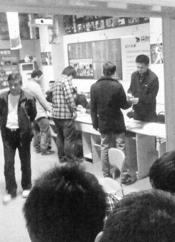 武大珞珈学院以及周边院校的师生们正在接受采血。