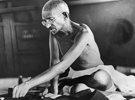 """别迷信甘地的""""非暴力"""""""