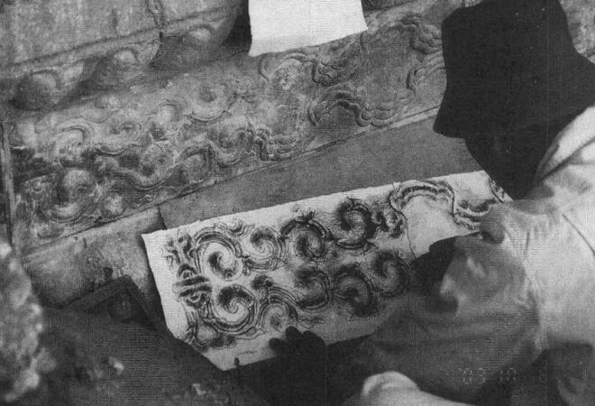 图:复建建福宫花园过程中,石匠都要按乾隆遗物拓谱子