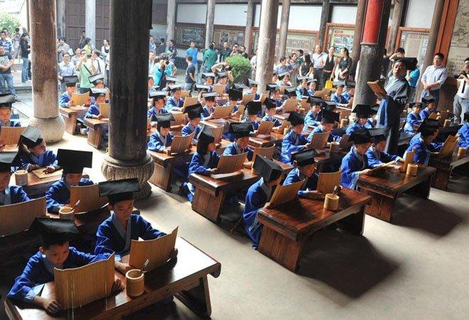 2014年,浙江某小学组织学生诵读《弟子规》