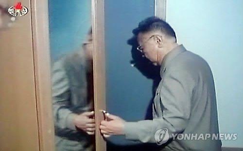 韩媒称朝电视播放金正日灵活使用左手录像(图)