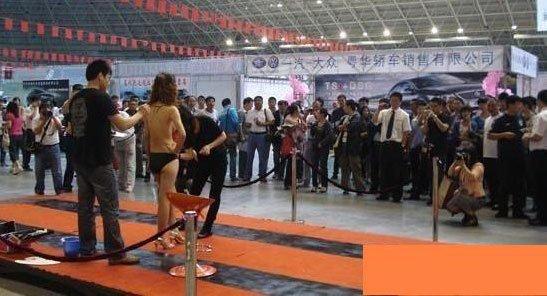从图片中可以看出,这个裸露车展是由经销商参展