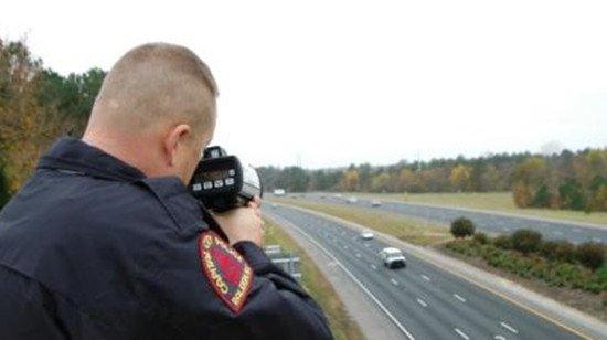 美国的警察多是隐秘执法,常常躲在一个角落