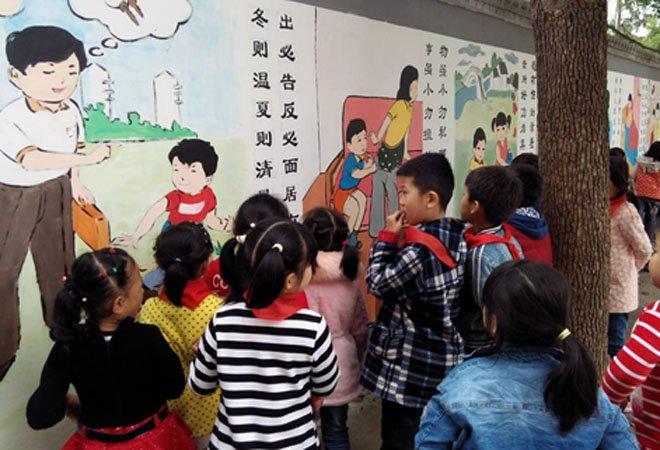 武汉某高校志愿者为小学生手绘《弟子规》壁画