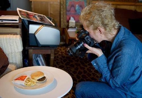 美国摄影师称麦当劳快餐室温下半年不腐