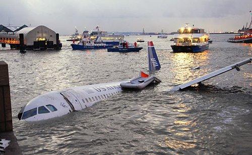 美国客机迫降纽约河道155人获救(组图)