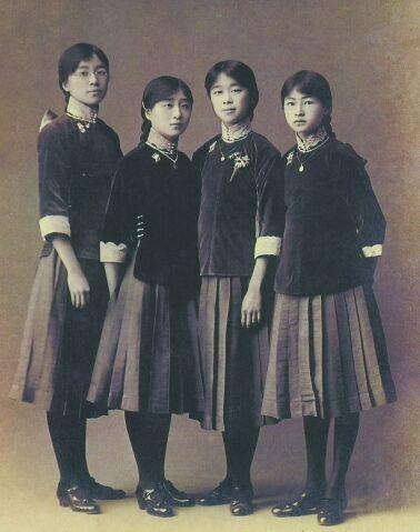 民国建立后,时装流行,张爱玲上学爱穿旗袍