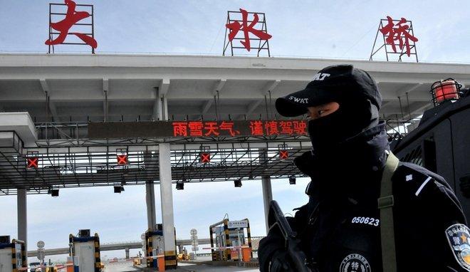 9月发生收费员被碾死事故后,青海很多收费站都配备了装备实弹的特警。