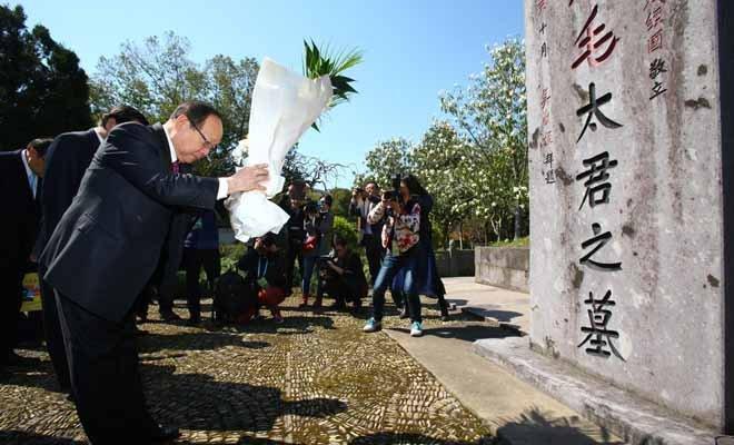 蒋孝严曾多次回乡祭祖,这是他在2014年祭扫毛福梅墓
