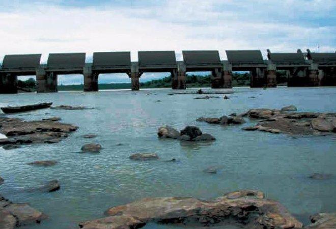 开放闸门后的泰国帕满水坝