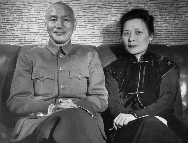 1950年,蒋介石与宋美龄在台湾合影